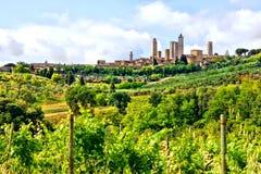 Medeltida stad och Tuscan bygd Arkivfoto