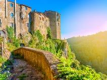 Medeltida stad på solnedgången, Tuscany royaltyfri bild