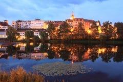 Medeltida stad Pisek ovanför floden Otava i natten Royaltyfri Foto