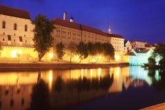 Medeltida stad Pisek ovanför floden Otava i natten Royaltyfria Bilder