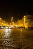 Medeltida stad vid nattljus Arkivbild