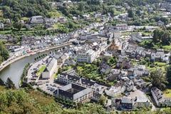 Medeltida stadsbuljong för flyg- sikt längs floden Semois i Belgien royaltyfria bilder