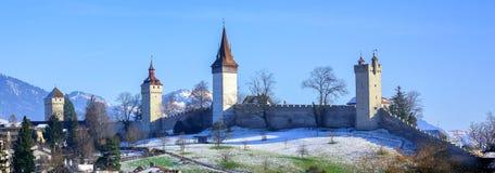 Medeltida stadsväggar med torn i Lucerne, Schweiz Fotografering för Bildbyråer