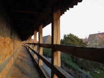 Medeltida stadvägg av Rothenburg på solnedgången arkivbilder