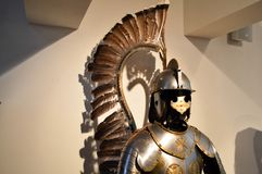 Medeltida stark riddarekrigare som kedjas fast i silvrig stark metallharnesk för järn med en hjälm och en skärm fotografering för bildbyråer