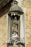 Medeltida staty av Mary med barnKristus Royaltyfri Foto