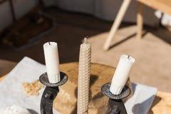 Medeltida stearinljus på försäljning på den lokala mässan Arkivfoto
