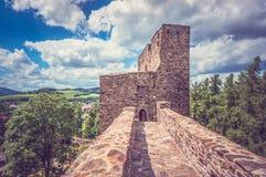 Medeltida stenbro från slotten till tornet Arkivbilder