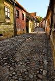 medeltida stenlagd väg för kullersten Arkivfoton