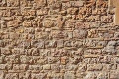Medeltida stenvägg av gammal byggnad i solig dag Royaltyfri Bild