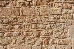 Medeltida stenvägg av gammal byggnad i solig dag Royaltyfri Foto