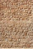 Medeltida stenvägg av gammal byggnad i solig dag Arkivfoton