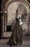 Medeltida stilkvinnligstående royaltyfri bild