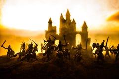 Medeltida stridplats med kavalleri och infanteri Konturer av diagram som separata objekt, kamp mellan krigare på solnedgång arkivfoton