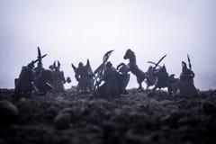 Medeltida stridplats med kavalleri och infanteri Konturer av diagram som separata objekt, kamp mellan krigare på solnedgång royaltyfria bilder