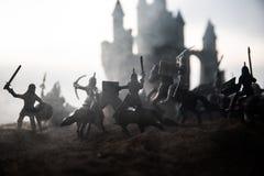 Medeltida stridplats med kavalleri och infanteri Konturer av diagram som separata objekt, kamp mellan krigare på solnedgång arkivfoto
