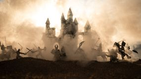 Medeltida stridplats med kavalleri och infanteri Konturer av diagram som separata objekt, kamp mellan krigare på solnedgång arkivbild