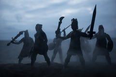 Medeltida stridplats med kavalleri och infanteri Konturer av diagram som separata objekt, kamp mellan krigare på solnedgång arkivbilder