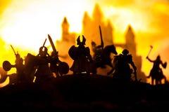 Medeltida stridplats med kavalleri och infanteri Konturer av diagram som separata objekt, kamp mellan krigare p? solnedg?ng arkivbilder