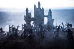 Medeltida stridplats med kavalleri och infanteri Konturer av diagram som separata objekt, kamp mellan krigare p? solnedg?ng royaltyfria bilder