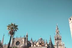 Medeltida tak och himmel i Seville fotografering för bildbyråer