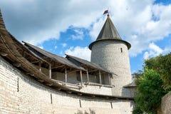 Medeltida torn av den Pskov Kreml Arkivfoton