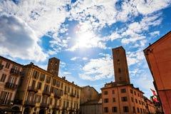 Medeltida torn bland gamla hus i album Royaltyfri Foto