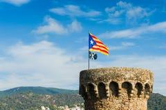 Medeltida torn med catalonias flagga Arkivfoton