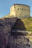 Medeltida torn- och försvarväggar av den Rasnov citadellen, Rumänien arkivbild