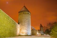 Medeltida torn och gator av gamla Tallinn, Estland royaltyfri foto