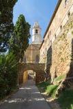 Medeltida torn och port i Tuscany, Italien Arkivfoton
