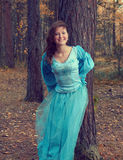 medeltida trä för höstklänningflicka Royaltyfria Foton