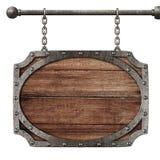 Medeltida trätecken som hänger på isolerade kedjor fotografering för bildbyråer