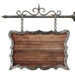 Medeltida träteckenbräde som hänger på isolerade kedjor fotografering för bildbyråer