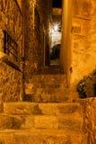 Medeltida trappuppgång på natten i Tossa de Mar Royaltyfria Bilder