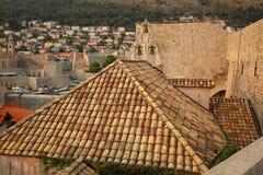 Medeltida vägg, kyrkliga Klockor och tak, Dubrovnika Royaltyfri Foto
