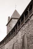 Medeltida vägg och torn i den gamla Tallinn staden Royaltyfri Bild