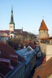 Medeltida vägg och torn i den gamla Tallinn staden Arkivbild