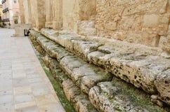 Medeltida vägg på den forntida källaren Royaltyfri Bild