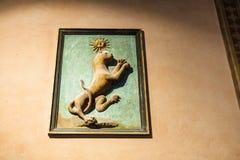 Medeltida väggskulptur i den Palazzo dellaen Ragione Arkivfoto