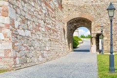 Medeltida välvd gata i den gamla staden Royaltyfri Fotografi