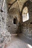 Medeltida välvd takkammare med steniga väggar Royaltyfria Foton