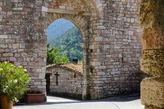 Medeltida valvgång, Assisi, Italien arkivbilder