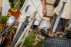 Medeltida vapen för den nära striden som används i krig på skärm Royaltyfri Bild