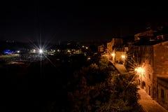 Medeltida by vid natt arkivbilder