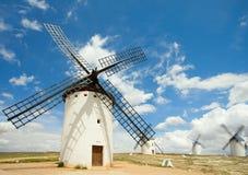 medeltida windmills för campocriptanade Arkivbilder