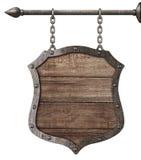 Medeltida wood tecken eller sköld som hänger på isolerade kedjor Royaltyfri Bild