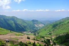 Medeu和Chimbulak手段:在山谷的顶视图 库存照片