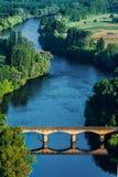Medevial Brücke über dem dordogne Fluss Stockbilder
