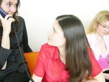 Medewerker die een werknemer helpt stock afbeeldingen